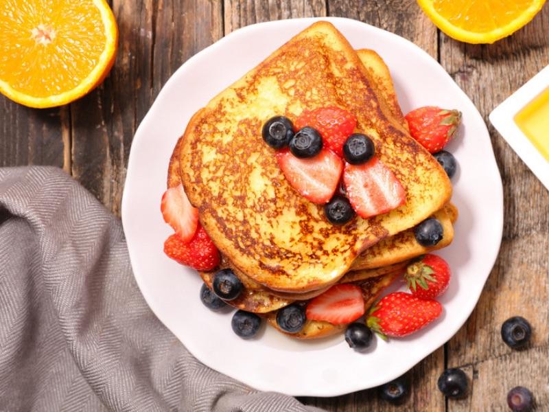 Süßes Frühstück: French Toast mit Beerenkompott