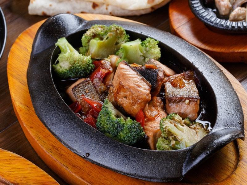 Asiatisches Rezept: Lachswürfel mit Brokkoli und Ofenpommes