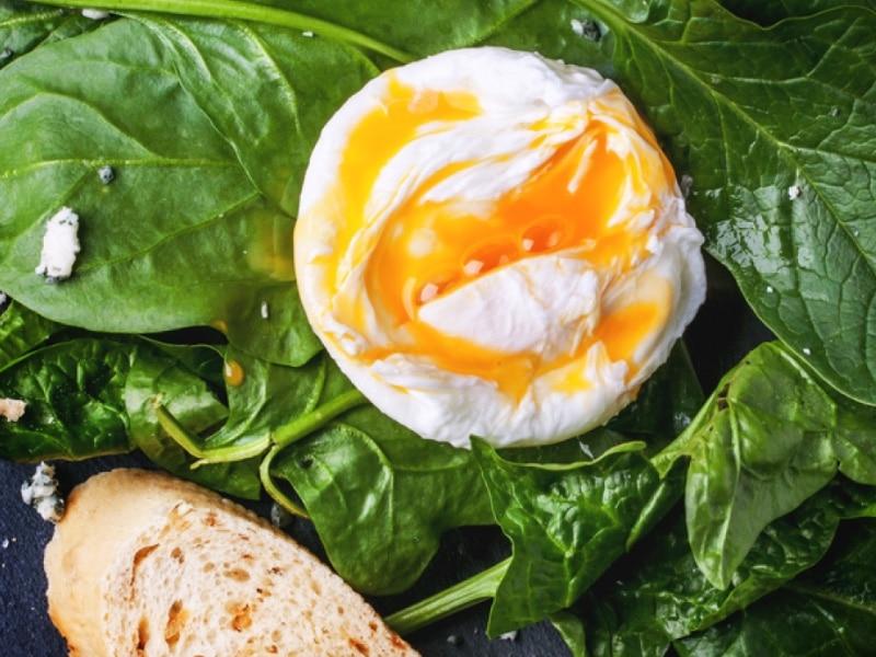 Pochierte Eier mit Blattspinat und Kartoffeln
