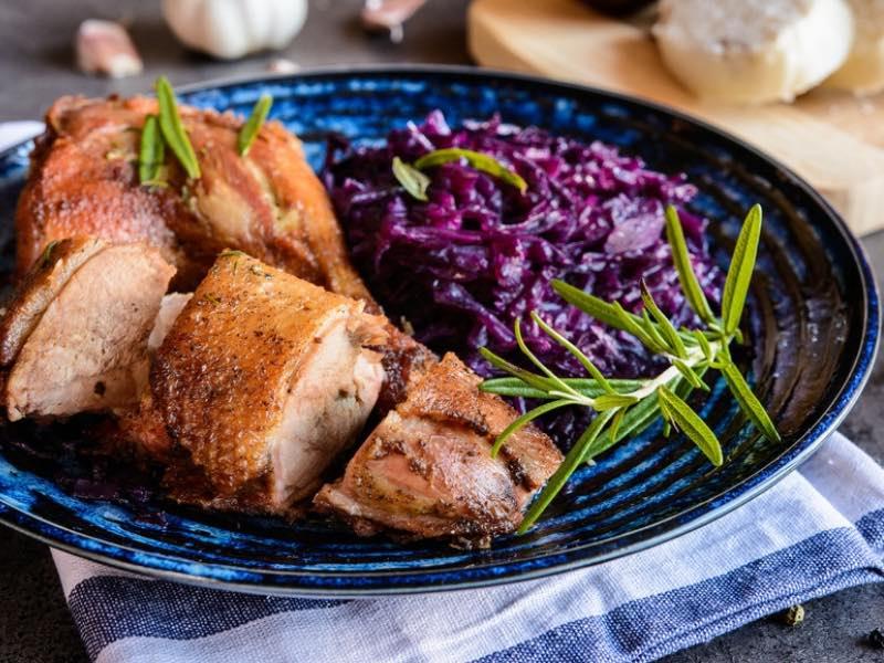 Gebratene Ente mit Rotkraut und Rosmarinkartoffeln