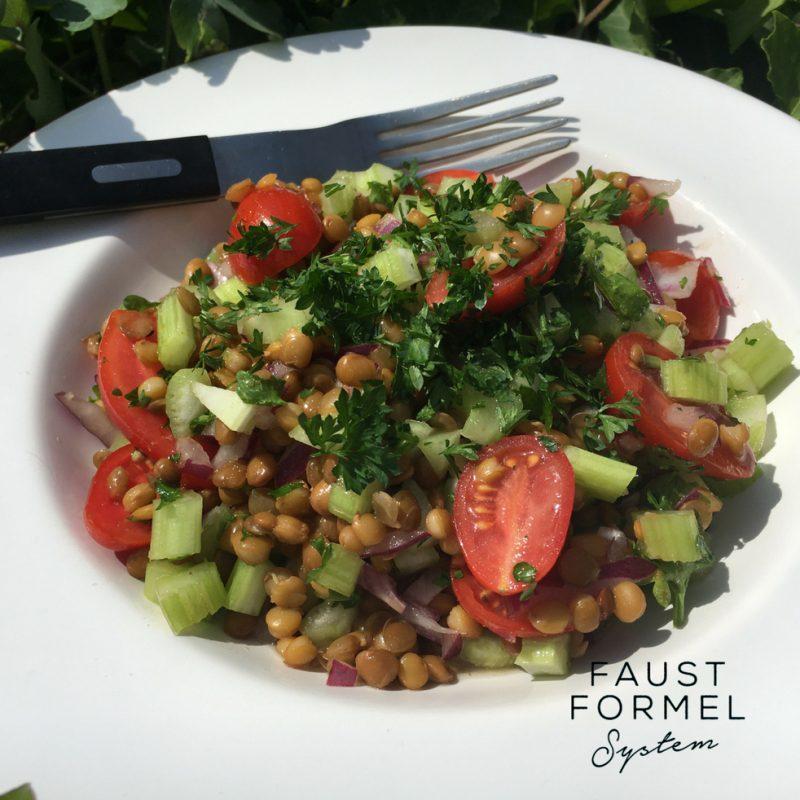 Bürotaugliches Salat-Rezept: Berglinsen mit Tomaten und Basilikum