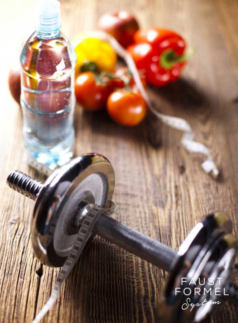 Hantel und Obst zum Abnehmen